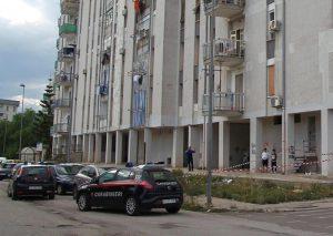 Taranto, bambina di 6 anni lanciata dal balcone: padre quasi linciato dalla folla
