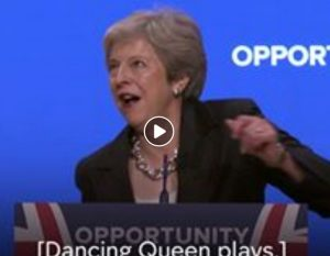 Theresa May balla goffamente gli Abba al congresso Tory1