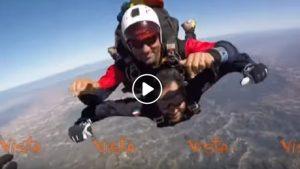 Angelo Tofalo si lancia col paracadute. Sottosegretario Difesa già col mitra e mimetica...VIDEO