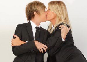 """Nadia Toffa e Alessia Marcuzzi, bacio sulle labbra: """"Lesbiche? No ma..."""""""
