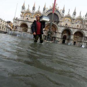 Venezia, l'acqua alta si mangia Basilica di San Marco. E il Mose? dormiva...