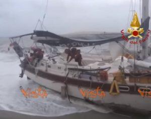 catanzaro barca mare tempesta