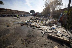Roma, ruspe in azione per lo sgombero del centro Baobab2