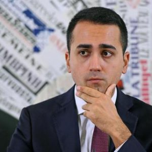 Reddito di cittadinanza, Luigi Di Maio (nella foto) annuncia 6 milioni di card, come le baionette del Duce
