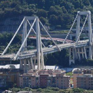 Genova, dalla finestra di casa vedo due simboli del passato della città (foto Ansa)