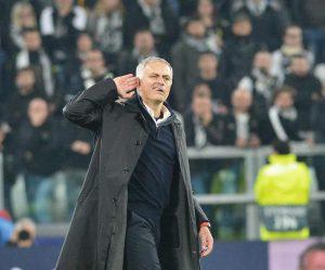 """Mourinho e il gesto dell'orecchio agli juventini: """"Mi avete insultato per 90 minuti, me e la mia famiglia"""""""