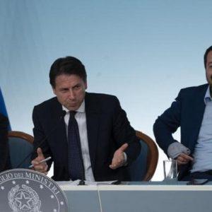 """Debito Italia sballa. Matteo Salvini snobba: """"Ora lettera Babbo Natale"""". Di Maio: """"Mi tatuo: non usciamo dall'euro"""""""