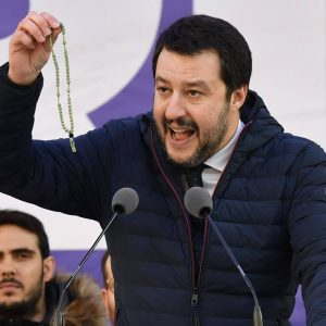 Razzismo in Italia, perché è patologico? Disordine, cattiva gestione, crisi...Nella foto: Mattep Salvini agita un rosario ma non è con gi slogan che si governa un Paese