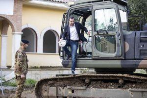 Salvini sulla ruspa demolisce la villa dei Casamonica 1