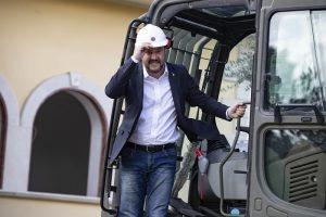 Salvini sulla ruspa demolisce la villa dei Casamonica 2