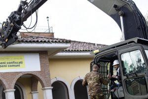 Salvini sulla ruspa demolisce la villa dei Casamonica 3