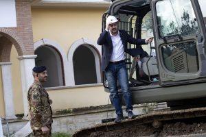 Salvini sulla ruspa demolisce la villa dei Casamonica 4