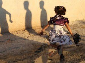 Pakistan, bimba di soli 3 anni violentata e uccisa: cadavere in una scarpata