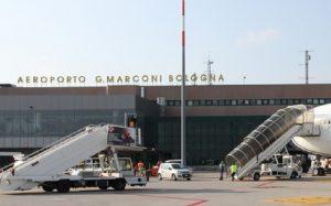 Bologna, puntatore laser disturba aereo in atterraggio (foto Ansa)