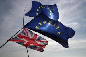Gran Bretagna pentita e prigioniera della Brexit. Macron: più 100 euro salario minimo