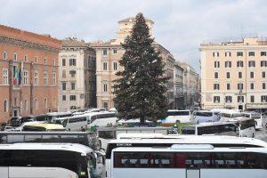 Roma, protesta bus turistici: paralisi in centro, carovana intorno a Spelacchio FOTO