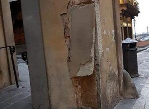 Corridoio Vasariano di Firenze danneggiato: auto finisce contro colonna, poi scappa