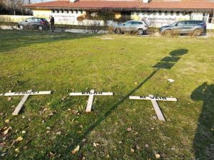 Bologna calcio, tre croci con i nomi dei dirigenti davanti al centro tecnico