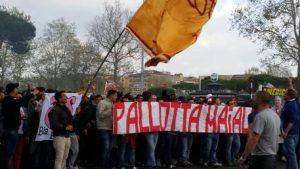 Pallotta contestato dai tifosi. Striscioni per la città e sciopero di 10 minuti della Curva Sud in Roma-Genoa
