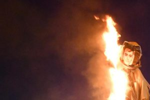 """Ncc bruciano in piazza manichino di Di Maio """"schiavo dei tassisti"""""""