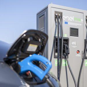 Auto elettriche, Enel X attiva la prima colonnina di ricarica veloce in autostrada, al Q8 di Rho Sud