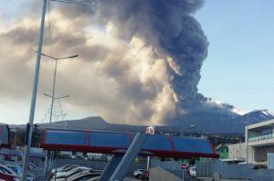 Catania, Natale 2018 con l'Etna: terremoto, caos voli, cielo grigio VIDEO