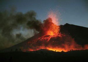 Vulcani: colate di lava e colonne di fumo. In 14 video dell'Ingv tutti i rischi per l'Italia