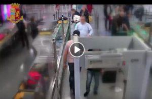 Fiumicino: ecco come ruba i soldi durante i controlli al metal detector VIDEO
