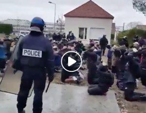 Francia, polizia fa inginocchiare decine di studenti (minorenni) con le mani alzate per interrogarli VIDEO