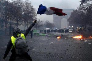 Francia, stop aumento carburanti. Vittoria dei gilet gialli, ma portavoce minacciati di morte dall'ala dura