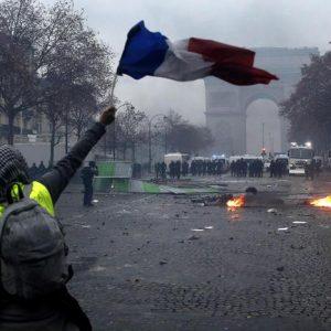 Macron in crisi, i francesi non vogliono più pagare le tasse per non avere nulla