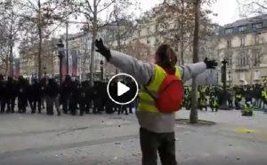 """Gilet gialli a Parigi: manifestante """"sfida"""" polizia a braccia larghe, colpito da proiettile di gomma VIDEO"""