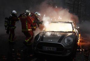 Gilet gialli, guerriglia a Parigi: auto incendiate10