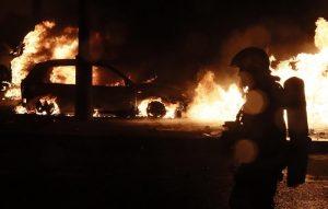 Gilet gialli, guerriglia a Parigi: auto incendiate2