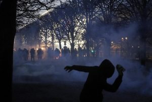 Gilet gialli, guerriglia a Parigi: auto incendiate9