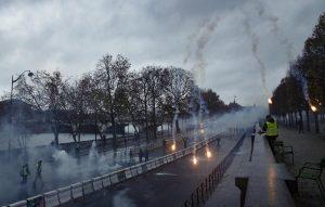 Gilet gialli, guerriglia a Parigi: auto incendiate8