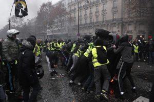 Gilet gialli, guerriglia a Parigi: auto incendiate6