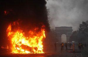 Gilet gialli, guerriglia a Parigi: auto incendiate5
