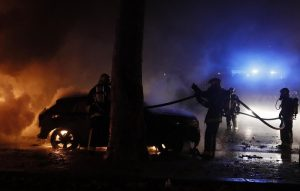Gilet gialli, guerriglia a Parigi: auto incendiate4