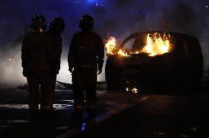 Gilet gialli, guerriglia a Parigi: auto incendiate3