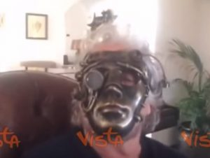 """Beppe Grillo in maschera aspetta Godot M5s: """"Non sappiamo dove andiamo"""" VIDEO"""