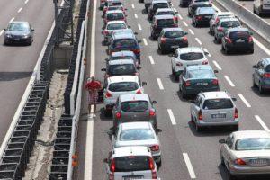 Autostrada A1: incidente tra Incisa Reggello e Firenze Sud. Scende dall'auto, travolto e morto