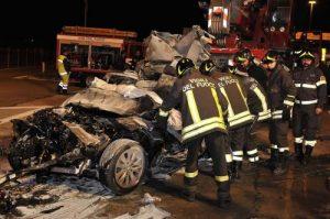 Sanfrè (Cuneo), incidente nella notte: auto contro semaforo, un ragazzo morto, 3 feriti gravi