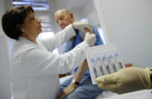 Influenza, scorte vaccino quasi esaurite, over 65 scoperti. Finite in Emilia-Romagna, Campania e Sardegna