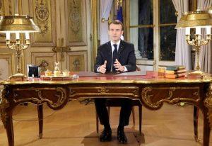 """Gilet gialli, Macron fa mea culpa: """"Collera giusta, ma intransigenti coi violenti"""". E promette: """"Aumento salario minimo"""""""