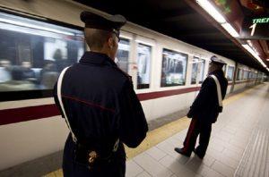 Roma, ragazza rom pestata davanti alla figlia per un tentato furto in metro (foto Ansa)