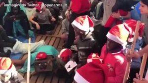 Natale a bordo della Open Arms: piccoli migranti scartano i regali VIDEO