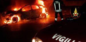 Paganico (Grosseto): auto si schianta e prende fuoco, i 3 passeggeri si salvano