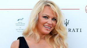 """Pamela Anderson contro Matteo Salvini: """"Da lui nuovo fascismo in Italia"""""""