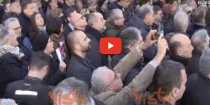 """Pd in piazza contro la manovra. I manifestanti cantano """"Bella Ciao"""""""